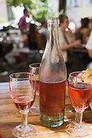 Europe/France/Rhône-Alpes/26/Drôme/Dieulefit: AOC Côtes du Rhône rosé à la terrasse d'un restaurant