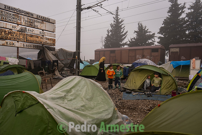 02/04/2016. Idomeni, Grecia.<br /> <br /> M&aacute;s de 12.000 refugiados sobreviven en Idomeni, en la frontera de Grecia con la Antigua Rep&uacute;blica Yugoslava de Macedonia. De ellos, 4.000 son ni&ntilde;os. Los refugiados viven en tiendas colocadas en las v&iacute;as del tren mientras esperan que abra la frontera. Save the Children trabaja en Idomeni ofreciendo protecci&oacute;n a los menores no acompa&ntilde;ados, dando comida y ropa a las familias y con un espacio seguro para la infancia. &copy; Pedro Armestre/ Save the Children Handout. No ventas -No Archivos - Uso editorial solamente - Uso libre solamente para 14 d&iacute;as despu&eacute;s de liberaci&oacute;n. Foto proporcionada por SAVE THE CHILDREN, uso solamente para ilustrar noticias o comentarios sobre los hechos o eventos representados en esta imagen.<br /> <br /> More than 12,000 refugees survive in Idomeni, on the border between Greece and Fyrom. More than 4,000 are children. The refugees live in tents placed on the railway tracks while they are waiting to open the border. Save the Children works in Idomeni offering protection to unaccompanied minors, giving food and clothes to families and with a Friendly Children Space. &copy; Pedro Armestre/ Save the Children Handout - No sales - No Archives - Editorial Use Only - Free use only for 14 days after release. Photo provided by SAVE THE CHILDREN, distributed handout photo to be used only to illustrate news reporting or commentary on the facts or events depicted in this image.