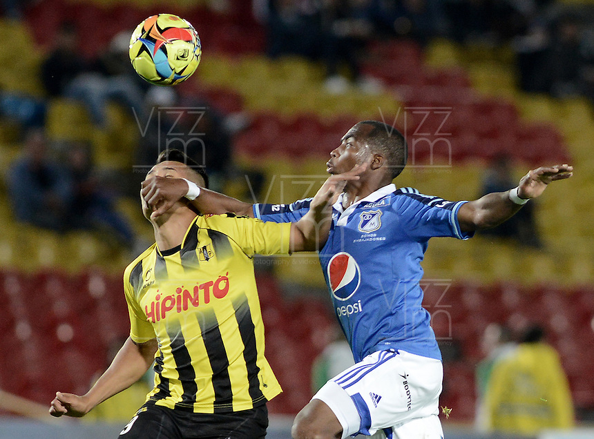 BOGOTÁ -COLOMBIA, 25-10-2014. Leudo Dhawling (Der) jugador de Millonarios disputa el balón con Sebastian Herrera (Izq) jugador de Alianza Petrolera durante partido por la fecha 16 de la Liga Postobón II 2014 jugado en el estadio Nemesio Camacho el Campín de la ciudad de Bogotá./ Leudo Dhawling (R) player of Millonarios fights for the ball with Sebastian Herrera (L) player of Alianza Petrolera during the match for the 16th date of the Postobon League II 2014 played at Nemesio Camacho El Campin stadium in Bogotá city. Photo: VizzorImage/ Gabriel Aponte / Staff