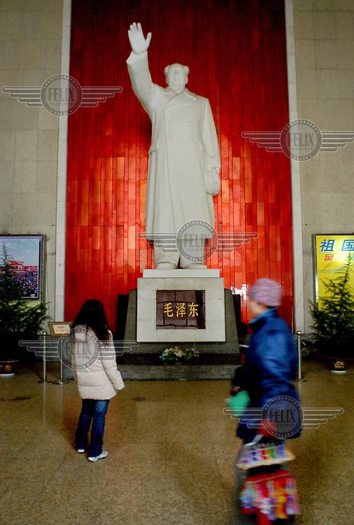 Statue of Mao Tse Tung (Mao Zedong) under the Nanjing Bridge...