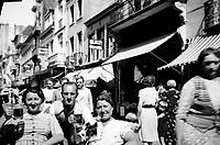 People drinking beer on the street in Brussels (Belgium, 1938)