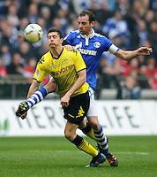 FUSSBALL   1. BUNDESLIGA   SAISON 2011/2012   31. SPIELTAG FC Schalke 04 - Borussia Dortmund                      14.04.2012 Robert Lewandowski (li, Borussia Dortmund) gegen Christoph Metzelder (re, FC Schalke 04)