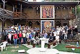 Gruppen foto in SVETI ARHANDJELI / Serbische Reisegruppe in serbischen Enklaven im Kosovo, mitorganisiert von Branka Krneta, einer25-jährigen Serbin. Sie fahren an historisch serbisch dominierte Orte. Die Teilnehmer stehen meist der nationalistischen Organisation Kosmet nahe und sehen Kosovo als Teil Serbiens. / a group photo of people that went on the pilgrimage on kosovo, in front of the monk quaters in place of SVETI ARHANDJELI (holy archangels)