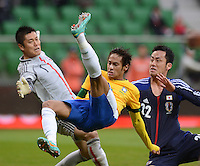 FUSSBALL   INTERNATIONAL   Testspiel    Japan - Brasilien          16.10.2012 NEYMAR (Mitte, Brasilien) gegen Maya YOSHIDA (re, Japan) und Torwart Eiji KAWASHIMA (li, Japan)