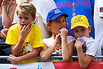 Nederland, Utrecht, 09-06-2015 Kids along the track of the first stage of the Tour de France / Grand Depart. Foto: Gerard Til / Hollandse Hoogte