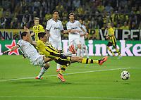 FUSSBALL  CHAMPIONS LEAGUE  HALBFINALE  HINSPIEL  2012/2013      Borussia Dortmund - Real Madrid              24.04.2013 Robert Lewandowski (re, Borussia Dortmund) erzielt das Tor zum 1:0