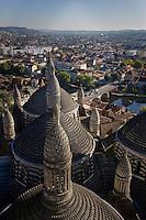 Europe/France/Aquitaine/24/Dordogne/Périgueux: Les Coupoles de la Cathédrale Saint-Front et les berges de l'Isle et la ville vus depuis le clocher de la cathédrale