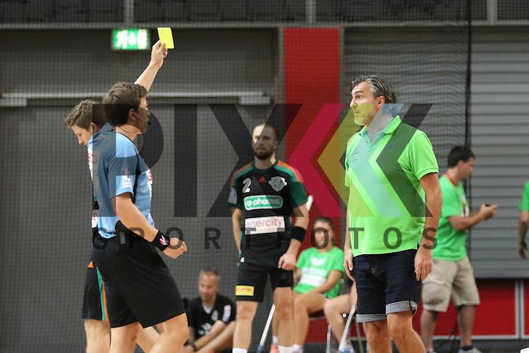 Bremen, 09.08.15, Sport, Handball, Erima-Cup 2015, MT Melsungen-TSV Hannover-Burgdorf : Gelbe Karte gegen Michael Roth (MT Melsungen, Trainer)<br /> <br /> Foto &copy; P-I-X.org *** Foto ist honorarpflichtig! *** Auf Anfrage in hoeherer Qualitaet/Aufloesung. Belegexemplar erbeten. Veroeffentlichung ausschliesslich fuer journalistisch-publizistische Zwecke. For editorial use only.