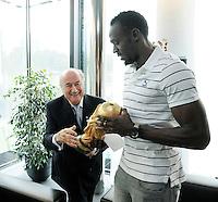 Fussball International FIFA   28.08.2013 Der sechsmalige Olympiasieger und achtmalige Weltmeister Usain Bolt (re, Jamaika) mit WM Pokal und FIFA Praesident Joseph S. Blatter (li, Schweiz)