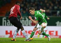 FUSSBALL   1. BUNDESLIGA   SAISON 2012/2013    20. SPIELTAG SV Werder Bremen - Hannover 96                           01.02.2013 Nils Petersen (re, SV Werder Bremen) gegen Johan Djourou (re, Hannover 96)