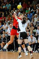 Laura Steinbach (TSV) wirft gegen vorne Laura van der Heijden (VFL)