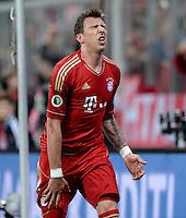 FUSSBALL  DFB-POKAL  HALBFINALE  SAISON 2012/2013    FC Bayern Muenchen - VfL Wolfsburg            16.04.2013 Schmerzhafter Jubel: Mario Mandzukic (FC Bayern Muenchen) nach dem 1:0