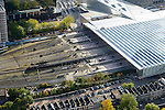 Nederland, Zuid-Holland, Rotterdam, 23-10-2013;<br /> Dak en spoor van het gerenoveerde en volkomen vernieuwde station van Rottterdam, Rotterdam CS, bijnaam De Kapsalon. Benden in beeld de achterkant met de huizen van de Provenierswijk.<br /> The roof of the completely renovated  railway station Rottterdam, Rotterdam Central (one of the architects: Jan Benthem), nicknamed The Hair Salon. <br /> luchtfoto (toeslag op standaard tarieven);<br /> aerial photo (additional fee required);<br /> copyright foto/photo Siebe Swart.