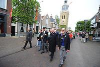 ALGEMEEN: JOURE: 04-05-2015, Dodenherdenking, Stilletocht door de Midstraat op weg naar de Kranslegging in Park Heremastate, Het bestuur en de 96 jarige Sipke Beetstra, ©foto Martin de Jong