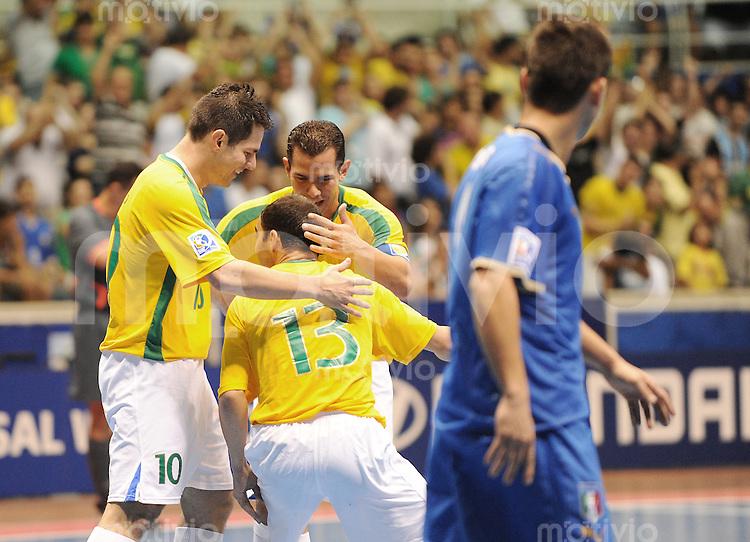 Fussball  International  FIFA  FUTSAL WM 2008   12.10.2008 Zweite Gruppenrunde Gruppe E Italy - Brasil Italien - Brasilien Von links LENISIO (BRA); WILDE (BRA), VINICIUS (BRA) freuen sich nach dem 2:0