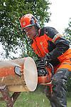 Foto: VidiPhoto<br /> <br /> LOENEN &ndash; Concurrenten Arian Essenstam (Nederland) en Jan Maes (Belgi&euml;) trainen dinsdag in Loenen bij Apeldoorn gebroederlijk voor het wereldkampioenschap kettingzagen dat van 11 tot en met 13 september in Brienz (Zwitserland) gehouden wordt. De Husqvarnazagers oefenen het onderdeel gecombineerde zaagsnede met een boomstam met een diameter van 35 centimeter. Bij deze techniek dient een boomstam van onder en boven onder een hoek van 90 graden recht afgezaagd te worden. Tijdens het WK beoordeelt een vakjury de 30 landenteams en 120 individuele deelnemers op veiligheid, snelheid en nauwkeurigheid op de disciplines snoeien, boomvellen, precisiezagen, gecombineerde zaagsnede en ketting wisselen. Deelnemers mogen gebruik maken van 1 zaag, 4 kettingen en 3 verschillende zaagbladen. Het WK kettingzagen wordt eens per twee jaar georganiseerd. Het Nederlands team werd tweemaal wereldkampioen (in 1998 en 2000).