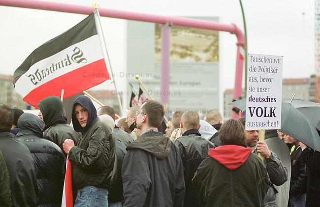 Gegen das in Berlin geplante Holocaustmahnmal rief ein sog. Buendnis gegen das Holocaustmahnmal zu einer Demonstration. 6-700 Skinheads und Rechtsextreme aus dem gesamten Bundesgebiet kamen zu der gerichtlich durchgesetzten Demonstration. Es waren fast ausschliesslich NPD-Mitglieder und Sympathiesanten. Die Organisation der Demonstration lag fest in den Haenden sogenannten Freier Kameradschaften.<br /> Hier: Die Demonstration vor dem Bauplatz des Mahnmals.<br /> Berlin, 29.1.2000<br /> Copyright: Christian-Ditsch.de<br /> [Inhaltsveraendernde Manipulation des Fotos nur nach ausdruecklicher Genehmigung des Fotografen. Vereinbarungen ueber Abtretung von Persoenlichkeitsrechten/Model Release der abgebildeten Person/Personen liegen nicht vor. NO MODEL RELEASE! Nur fuer Redaktionelle Zwecke. Don't publish without copyright Christian-Ditsch.de, Veroeffentlichung nur mit Fotografennennung, sowie gegen Honorar, MwSt. und Beleg. Konto: I N G - D i B a, IBAN DE58500105175400192269, BIC INGDDEFFXXX, Kontakt: post@christian-ditsch.de<br /> Bei der Bearbeitung der Dateiinformationen darf die Urheberkennzeichnung in den EXIF- und  IPTC-Daten nicht entfernt werden, diese sind in digitalen Medien nach &sect;95c UrhG rechtlich gesch&uuml;tzt. Der Urhebervermerk wird gemaess &sect;13 UrhG verlangt.]