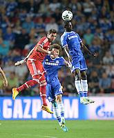 FUSSBALL  SUPERCUP  FINALE  2013  in Prag    FC Bayern Muenchen - FC Chelsea London          30.08.2013 Mario Mandzukic (li, FC Bayern Muenchen) gegen David Luiz (Mitte) und Ramires (re, beide FC Chelsea)