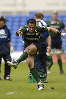 Reading, ENGLAND, Exiles Riki Flutey kicking in the first half try during the London Irish vs Saracens, Guinness Premiership Rugby, at the, Madejski Stadium, 06.05.2006, © Peter Spurrier/Intersport-images.com,  / Mobile +44 [0] 7973 819 551 / email images@intersport-images.com.