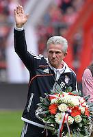 Fussball 1. Bundesliga   Saison  2012/2013   34. Spieltag   FC Bayern Muenchen  - FC Augsburg     10.05.2013 Verabschiedung Trainer Jupp Heynckes (FC Bayern Muenchen) mit Blumen