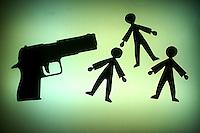 Uomo armato di pistola. Men armed with gun....