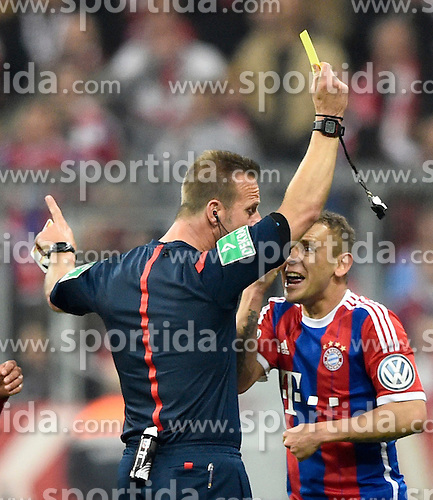 28.04.2015, Allianz Arena, Muenchen, GER, DFB Pokal, FC Bayern Muenchen vs Borussia Dortmund, Halbfinale, im Bild Schiedsrichter Peter Gagelmann zeigt Rafinha FC Bayern Muenchen gelbe Karte Gelb Verwarnung // during German DFB Pokal semifinal match between FC Bayern Munich and Borussia Dortmund at the Allianz Arena in Muenchen, Germany on 2015/04/28. EXPA Pictures &copy; 2015, PhotoCredit: EXPA/ Eibner-Pressefoto/ Weber<br /> <br /> *****ATTENTION - OUT of GER*****