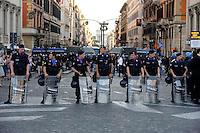 Roma 7 Luglio 2009.Manifestazione  contro in G8  in Piazza Barberini.Le Forze dell'Ordine bloccano Via Nazionale. Policemen secure the area near Via Nazionale in center Rome during a demonstration against a G8 summit