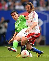 FUSSBALL   1. BUNDESLIGA   SAISON 2012/2013    32. SPIELTAG Hamburger SV - VfL Wolfsburg          05.05.2013 Makoto Hasebe (li, VfL Wolfsburg) gegen Petr Jiracek (re, Hamburger SV)