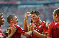 Fussball Bundesliga Saison 2011/2012 3. Spieltag FC Bayern Muenchen - Hamburger SV Mario GOMEZ (FCB, 2.v.r.) jubelt nach seinem Tor zum 4:0 mit v.l.: Thomas MUELLER, Bastian SCHWEINSTEIGER und Arjen ROBBEN (FCB).