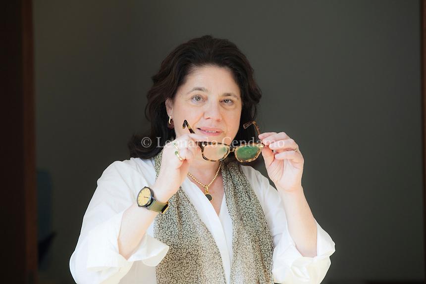 """Cathleen Schine (born 1953) is an American author of several novels, including Rameau's Niece (1993). Her first book was Alice in Bed (1983), which was. Cathleen Schine é libro perfetto sotto ogni punto di vista: divertente, travolgente e qualunque aggettivo in """"ente"""" vi passi per la testa. Pordenonelegge settembre 2016. © Leonardo Cendamo"""