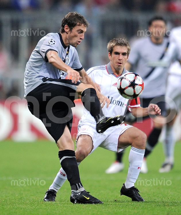 FUSSBALL  International  Champions League  SAISON 2009/2010   30.09.2009 FC Bayern  Muenchen - Juventus Turin Philipp Lahm  (li,FCB )  gegen Claudio Marchisio (li, Juve)