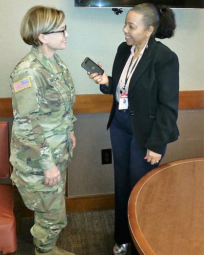 La general de División Marta Carcana Cruz, jefa de la Guardia Nacional de Puerto Rico, y la periodista Rose Mary Santana.