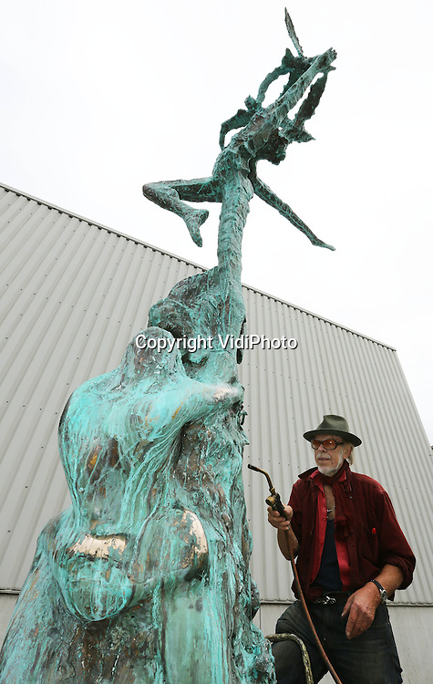 Foto: VidiPhoto<br /> <br /> SOESTERBERG - Op een industrieterrein in Soesterberg is de internationaal bekende kunstenaar Jits Bakker woensdag bezig met de afwerking van het gloednieuwe vrijheidsbeeld voor de gemeente Wageningen. Vrijdag wordt het midden in het centrum van de &quot;Stad van de Vrede&quot; geplaatst en onthuld. Het bronzen vredesbeeld van 5 meter hoog en 2500 kilo zwaar -met de naam &quot;Love and Peace&quot;- is in zekere zin de serieuze vervanger van de omstreden koperen paal &quot;Vrijheidsvuur&quot;, in de volksmond ook wel spottend de &quot;paal of penis van Berhard&quot; genoemd. Die staat inmiddels verborgen tussen bomen in de buurt van Hotel De Wereld en is al een maand defect. Het beeld van Bakker is een non-profit geschenk van hem aan Wageningen, waarvan de gietkosten door sponsoren zijn gedekt. Het beeld symboliseert de internationale Wageningse student die uitvliegt over de wereld om zijn kennis en missie uit te dragen. De vogels verbeelden tevens de vredesduif, omdat in Wageningen de vrede getekend is.