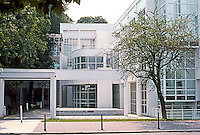 Richard Meier: Arts and Crafts Museum, 1980; 1982-84. Schaumainkai 15 Frankfurt--Sachsenhausen North (Street). Elevation.  Photo '85.