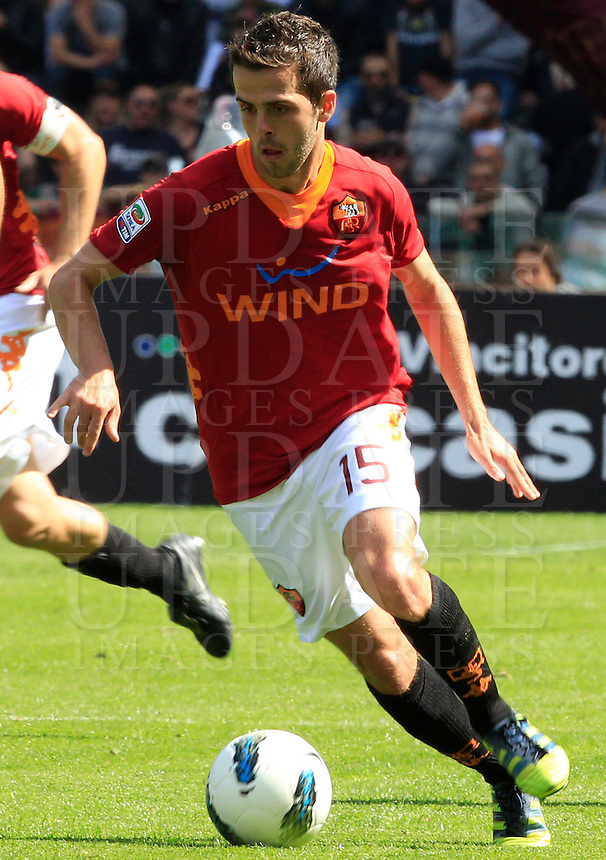 Calcio, Serie A: Roma-Fiorentina. Roma, stadio Olimpico, 25 aprile 2012. Il centrocampista bosniaco della Roma Miralem Pjanic in azione..AS Roma midfielder Miralem Pjanic, of Bosnia, in action during the Italian Serie A football match between AS Roma and Fiorentina, at Rome Olympic stadium, 25 april 2012..UPDATE IMAGES PRESS/Riccardo De Luca