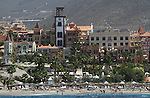 Foto: VidiPhoto..PLAYA DE LAS AMERICAS - De toeristische kust van Playa de las Americas op Tenerife. Tenerife is het grootste eiland van de Canarische Eilanden, een tot Spanje behorende eilandengroep in de Atlantische Oceaan, 200 km van de kust van Marokko en de Westelijke Sahara. Tenerife heeft de meeste inwoners en met ruim 1 miljoen mensen op 2057 vierkante kilometer is het het dichtstbevolkte eiland van Spanje. Het eiland is van vulkanische oorsprong. De grootste vulkaan van het eiland is El Teide, die met 3718 meter ook de hoogste berg van het grondgebied van Spanje is..