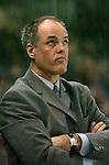 Eishockey, DEL, Deutsche Eishockey Liga 2003/2004 , 1.Bundesliga, Arena Nuernberg (Germany) Nuernberg Ice Tigers - Adler Mannheim (2:1 n.p.) Trainer Bill Stewart (Mannheim) schaut skeptisch zur Anzeige nach oben