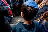 Roma 14 Gennaio 2013.Memorie d'Inciampo a Roma..Sampietrini rivestiti d'una placca d'ottone lucente incastonati a terra di fronte ai portoni dei deportati ad Auschwitz. L'idea è dell'artista tedesco Gunther Demnig nell'ambito del progetto «Memorie d'Inciampo a Roma» a cura di Adachiara Zevi, ciascuna placca è dedicata ad un deportato per ragioni razziali, politiche e militari. In via Arenula 83  le pietre delle  vittime, Alfredo Donato Di Nola e Livia della Seta. Viene letto il Kaddidh  in ricordo dei defunti..Olocaust memorial plaques to victims in Rome.