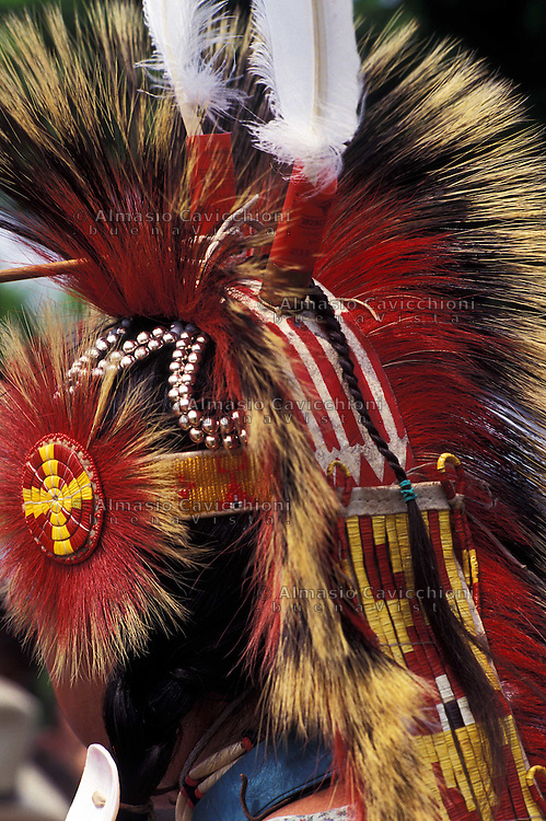 Nativo Americano LAKOTA SIOUX con il copricapo tradizionale.LAKOTA SIOUX native American wearing the traditional headdress
