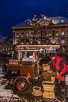 Europe/Allemagne/Bade-Würrtemberg/Forêt Noire/ Gengenbach: Marché de Noël sur la place du village - Marchande de marrons grillés et Calendrier de l'avent sur la façade de l' Hôtel de Ville