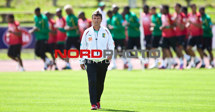21.05.2010, Dolomitenstadion, Lienz, AUT, WM Vorbereitung, Kamerun Training im Bild Yves Colleu, Co-Trainer, Nationalteam Kamerun, FRA,  Foto: nph /  J. Feichter *** Local Caption *** Fotos sind ohne vorherigen schriftliche Zustimmung ausschliesslich f&uuml;r redaktionelle Publikationszwecke zu verwenden.<br /> <br /> Auf Anfrage in hoeherer Qualitaet/Aufloesung