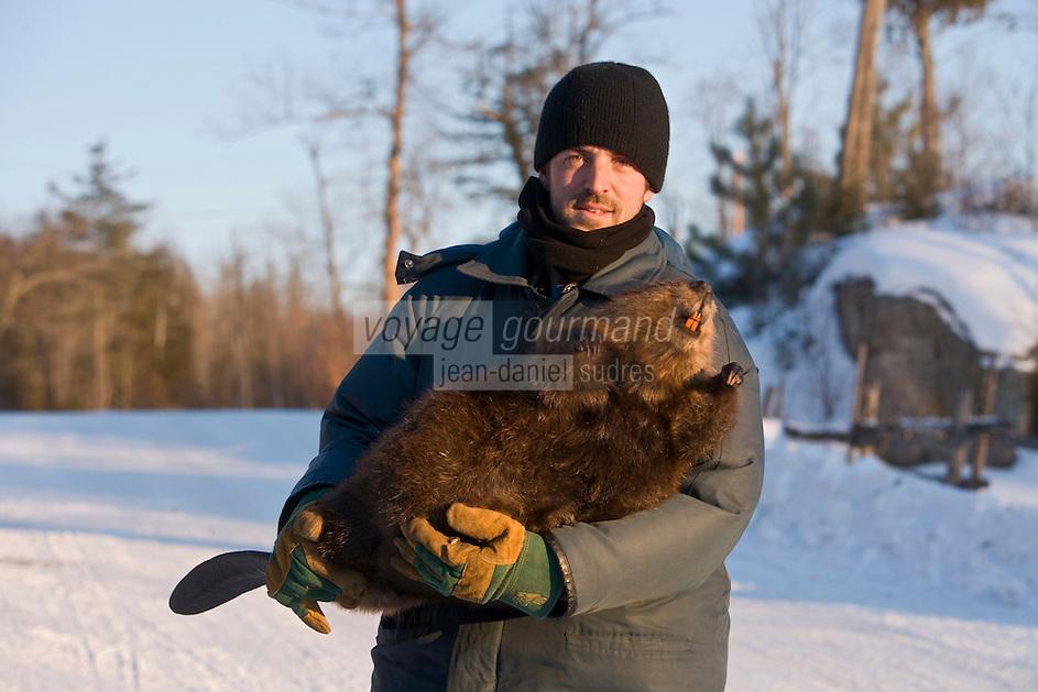 Amérique/Amérique du Nord/Canada/Québec/ Mauricie/Saint-Alexis-des-Monts:  A la Pourvoirie du Lac Blanc Gaston le trappeur et son gros castor naturalisé