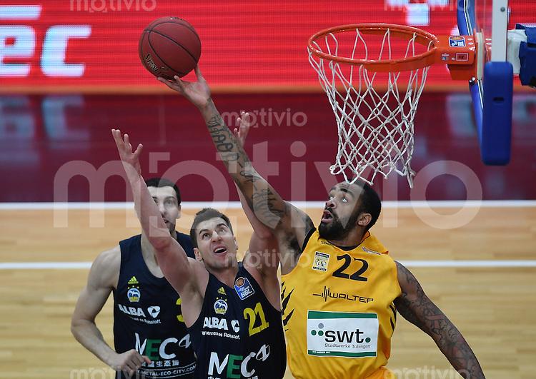 Basketball  1. Bundesliga  2016/2017  Hauptrunde  14. Spieltag  16.12.2016 Walter Tigers Tuebingen - Alba Berlin Stanton Kidd (re, Tigers) gegen Dragan Milosavljevic (Mitte, Alba)