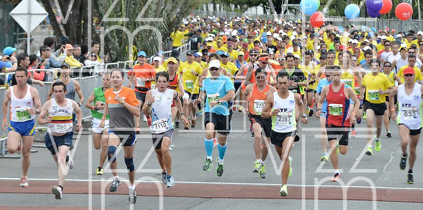 BOGOTÁ -COLOMBIA. 28-07-2013. Aspecto de la salida de los participantes en la Media Maratón de Bogotá 2013. En esta ocasión Geoffrey Kipsang (Kenia) fue el ganador con un tiempo de 1.03:46 y en mujeres Priscah Jeptoo (Kenia)con un ntiempo de 1.12:24. / Aspect of the people at the start line in the Half Marathon of Bogota. In this edition Geoffrey Kipsang (Kenya) with a time of 1.03:46 and in women the winner  was Priscah Jeptoo (Kenya) with a time of 1.12:24. Photo: VizzorImage / Str