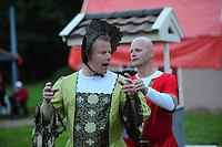 ALGEMEEN: KATLIJK: Bisschoplaan (weiland omzoomd door bomen), 06-06-2012, Kostuumrepetitie Iepenloftspul Ketlik-Mildam 'De Hear fan Ocksefurd', Hear fan Ocksefurd (Frits Oosterhof), Skarlún (Henk Roskammer), ©foto Martin de Jong