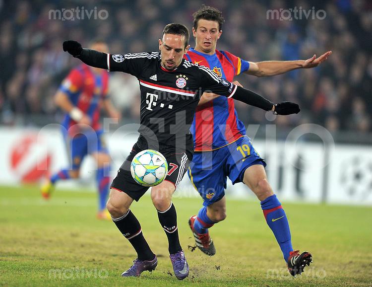 FUSSBALL  CHAMPIONS LEAGUE  SAISON 2011/2012 Achtelfinale Hinspiel  22.02.2012 FC Basel - FC Bayern Muenchen  Franck Ribery (li, FC Bayern Muenchen)   gegen David Abraham (FC Basel)
