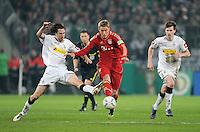 FUSSBALL   DFB POKAL   SAISON 2011/2012   HALBFINALE   21.03.2012 Borussia Moenchengladbach - FC Bayern Muenchen  Nils Petersen (Mitte, FC Bayern Muenchen) gegen Roel Brouwers (li, Borussia Moenchengladbach) und