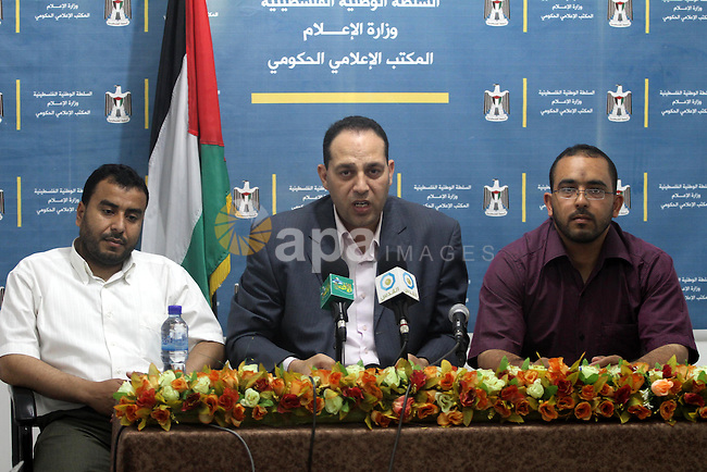 An official of the Palestinian government media office during a meeting with the Ministry of Transport and Communications in Gaza City on June 19, 2011. Photo by Mohammed Asad