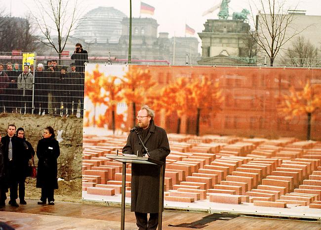Nach mehr als zehn Jahren Debatten um ein Holocaust-Mahnmal in Berlin, sind im Januar 2000 symbolisch drei Hinweistafeln zu dem Projekt aufgestellt worden.<br /> Hier: Bundestagspraesident Wolfgang Thierse (SPD) haelt seine Festrede vor einem Foto mit dem geplanten Mahnmal, welches in unmittelbarer Naehe zum Brandenburger Tor und dem Reichstagsgebaeude errichtet werden soll.<br /> Berlin, 27.1.2000<br /> Copyright: Christian-Ditsch.de<br /> [Inhaltsveraendernde Manipulation des Fotos nur nach ausdruecklicher Genehmigung des Fotografen. Vereinbarungen ueber Abtretung von Persoenlichkeitsrechten/Model Release der abgebildeten Person/Personen liegen nicht vor. NO MODEL RELEASE! Nur fuer Redaktionelle Zwecke. Don't publish without copyright Christian-Ditsch.de, Veroeffentlichung nur mit Fotografennennung, sowie gegen Honorar, MwSt. und Beleg. Konto: I N G - D i B a, IBAN DE58500105175400192269, BIC INGDDEFFXXX, Kontakt: post@christian-ditsch.de<br /> Bei der Bearbeitung der Dateiinformationen darf die Urheberkennzeichnung in den EXIF- und  IPTC-Daten nicht entfernt werden, diese sind in digitalen Medien nach &sect;95c UrhG rechtlich gesch&uuml;tzt. Der Urhebervermerk wird gemaess &sect;13 UrhG verlangt.]
