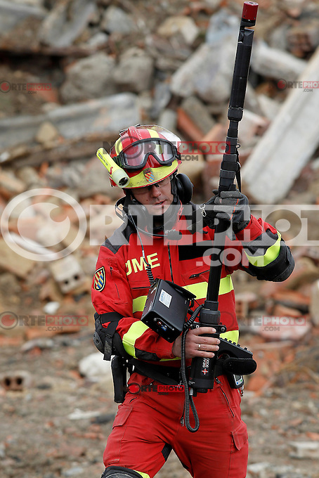 "One member of the Spanish army with a Geolocation system search for victims during Exercise ""GAMMA PALAZUELOS 2013"" of theMIlitary Unit of Emergency (UME).March 11 ,2013. (ALTERPHOTOS/Acero) /NortePhoto"